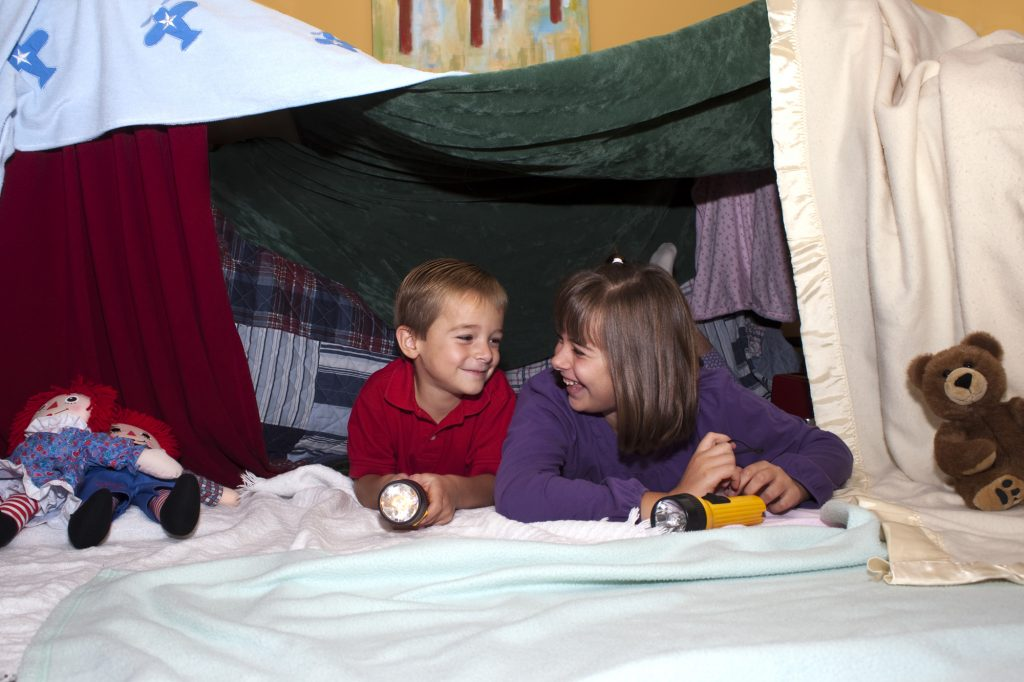 kids_blanket_fort_2